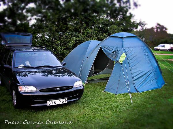 Bilen och tältet på campingplatsen i Ribe.