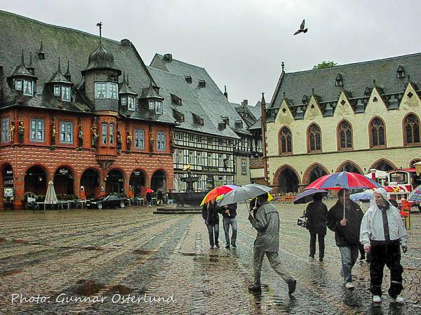 Ett regnvått torg i Goslar.