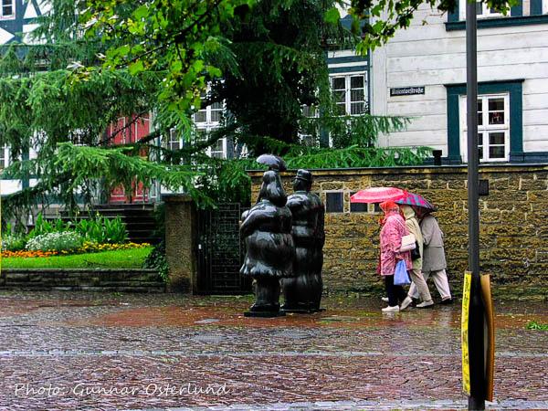 Även statyerna har paraply i Goslar.