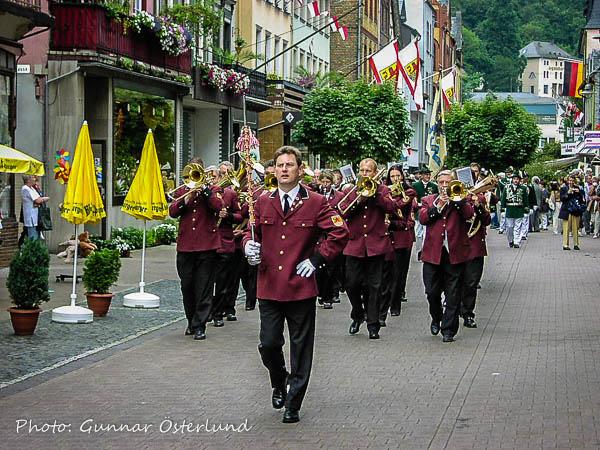 En musikkår kommer marscherande