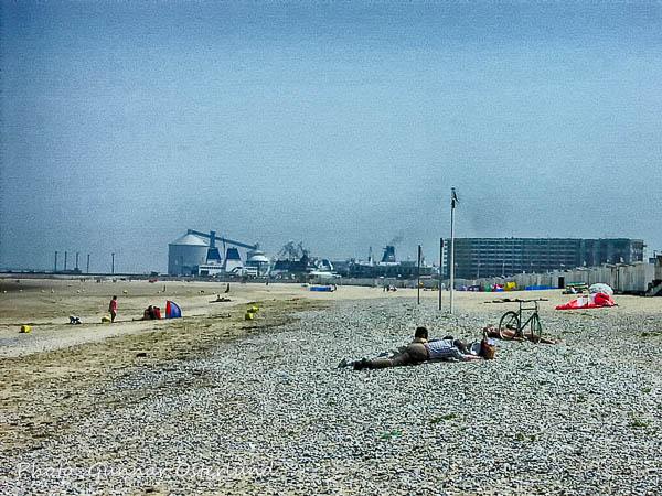 Det var glest mellan besökarna på stranden.i Calats, Frankrike.