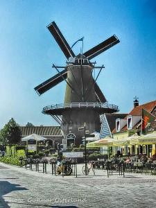 En typisk holländsk kvarn i Sluiss i Nederländerna.