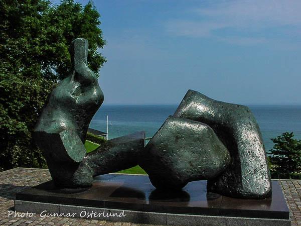 Konstverk med Öresund i bakgrunden.