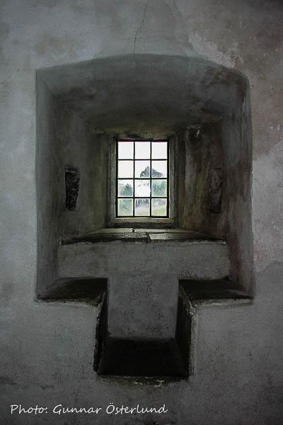 Väggarna i den gamla medeltidsborgen är tjocka.
