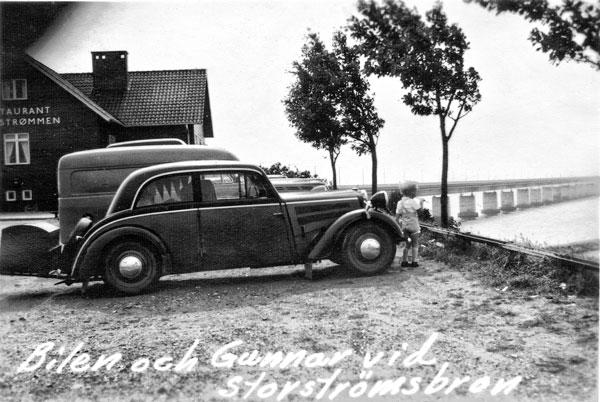 Bilen och med Storströmsbron i bakgrunden