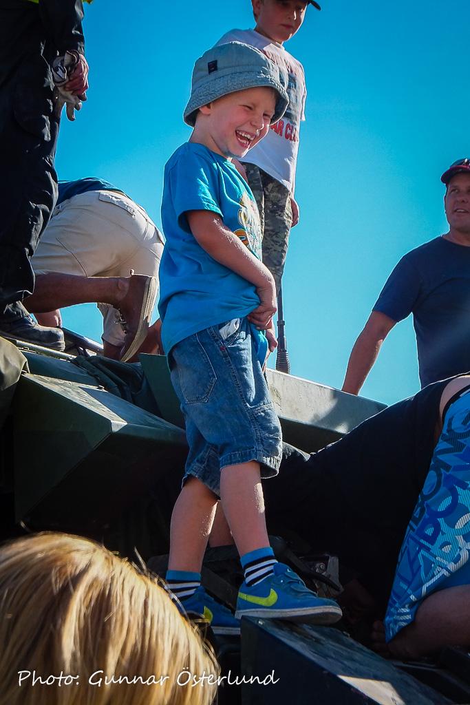 Tänk att få klättra på en riktig stridsvagn!