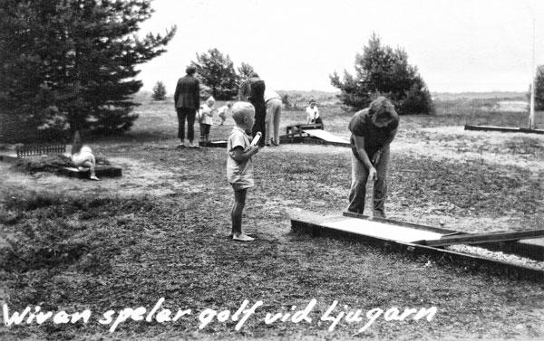Mamma spelar minigolf i Ljugarn