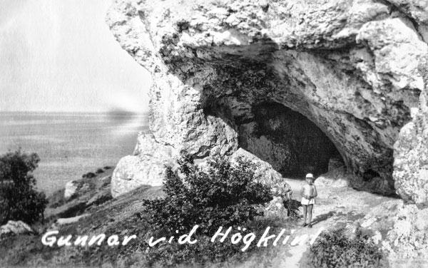 Jag vid en grotta vid Högklint