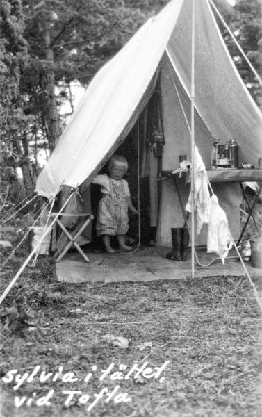 Sylvia vid tältet vid Tofta