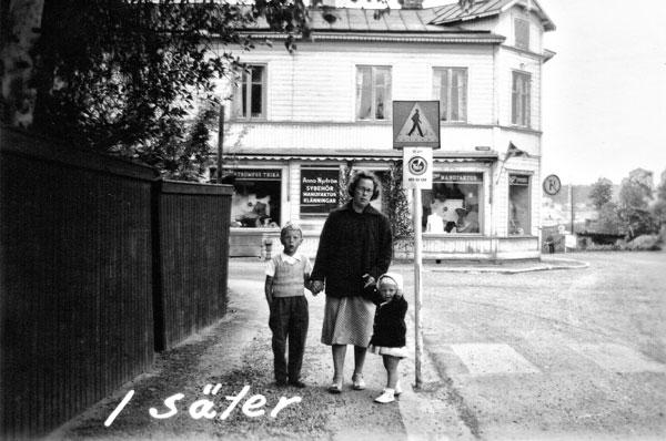 Jag, min syster Sylvia och vår mamma Wivan i Säter.