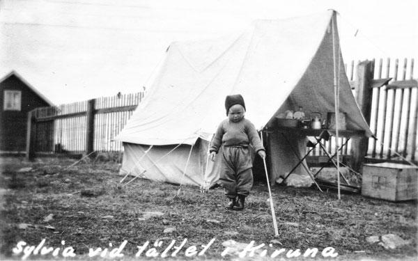 Sylvia vid tältet i Kiruna