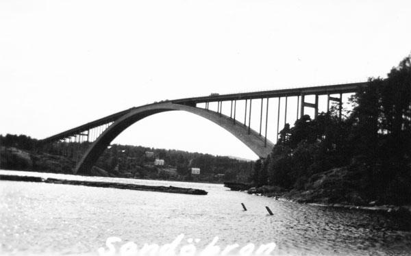 Sandöbron samt en timmerbunt i Ångermanälven
