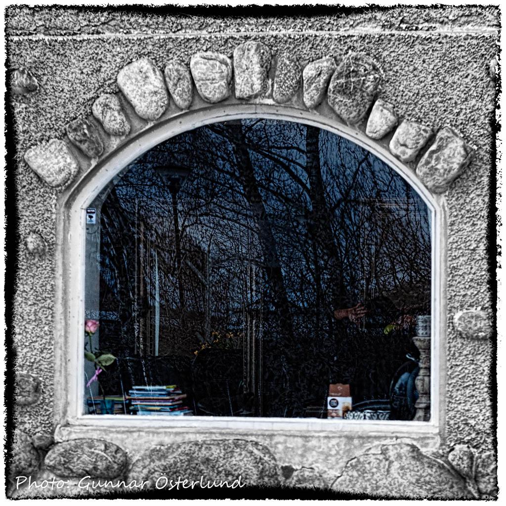 Fönster i ett stenhus.