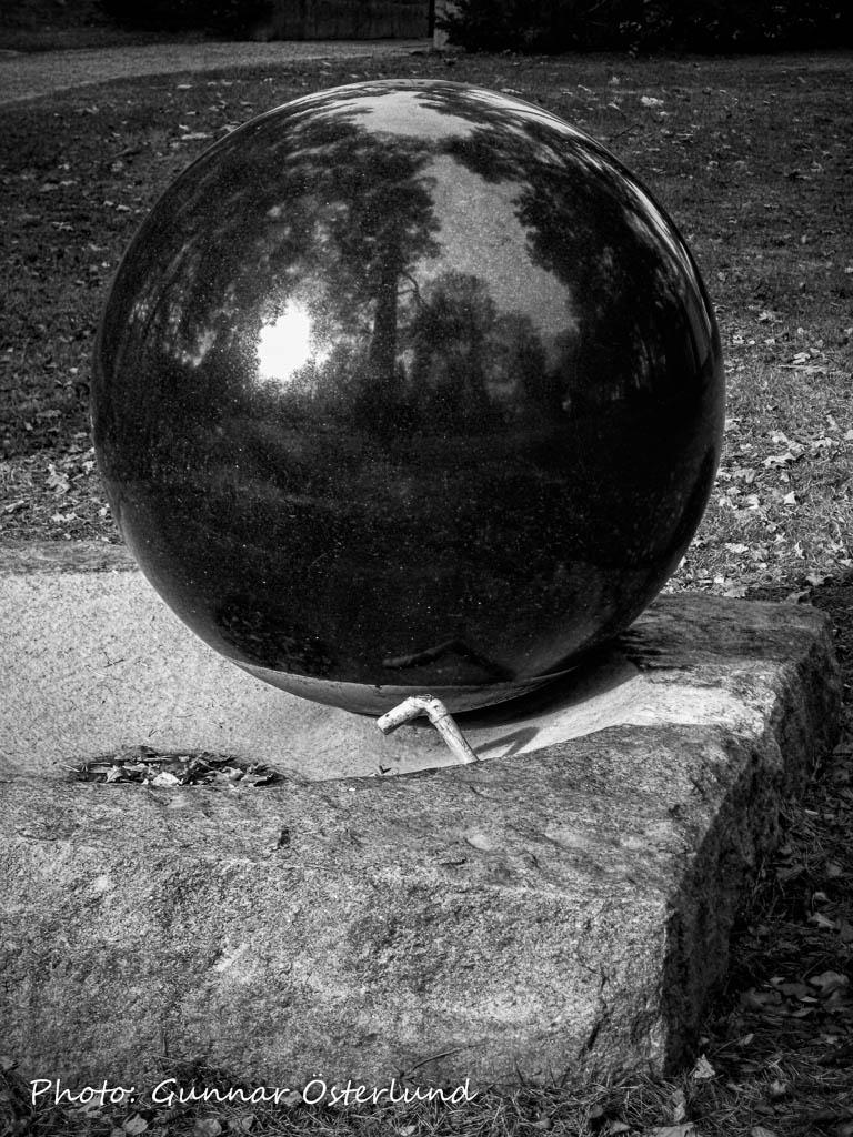 Stenklot utanför Ljusets kapell på S:t Eskils kyrkogård.
