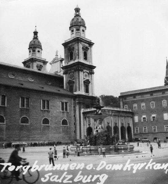 Domkyrkan och torgbrunnenr i Salzburg.