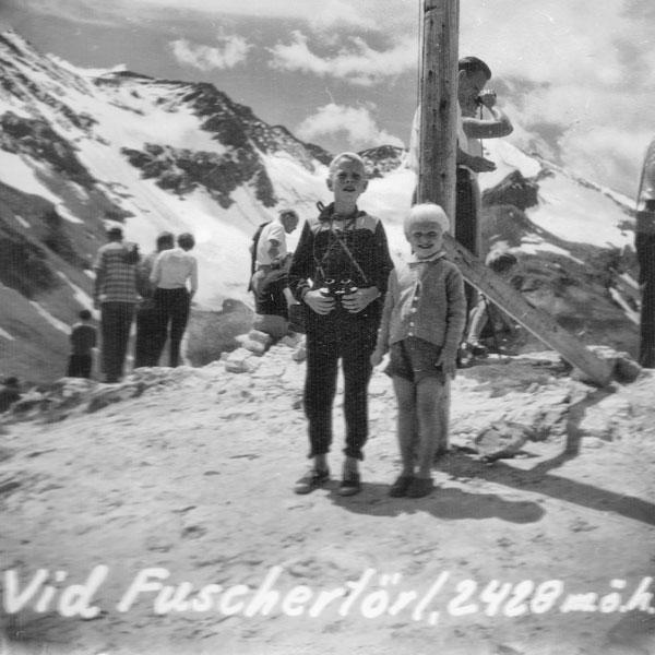 2 syskon vid Fuschertörl, Grossglocknervägen.