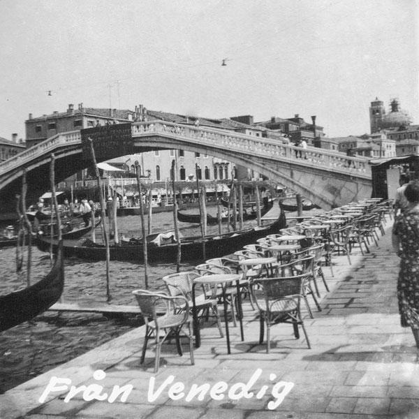 Uteservering och gondoler i Venedig.