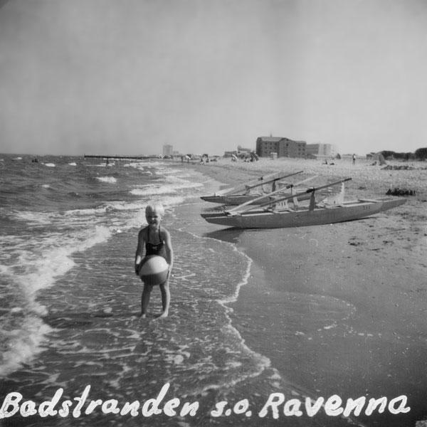 Min syster på en badstrand sydost om Ravenna.