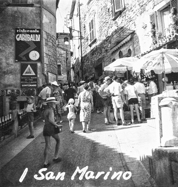 Gata i San Marino som var fylld av turister.