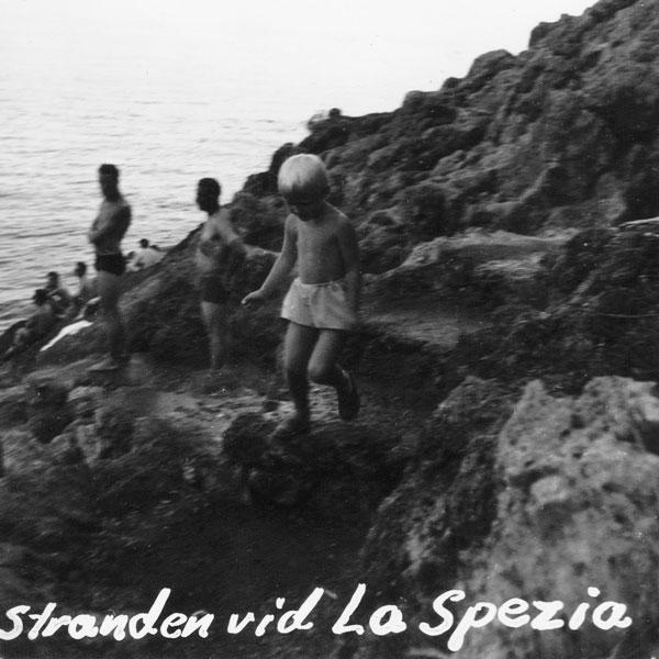 Min syster vid stranden i La Spezia.
