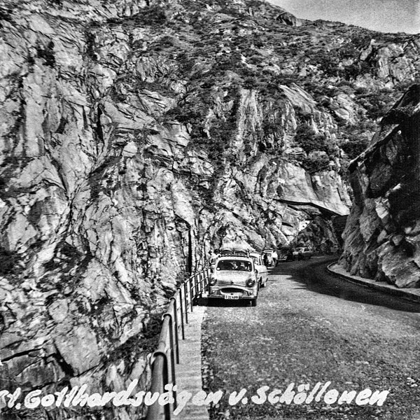 Bilen på S:t Gotthardsvägen vid Schöllenen.
