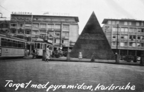 Torget med pyramiden i Karlsruhe.