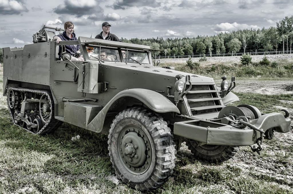 En gammal M16 paraderar inför publiken.