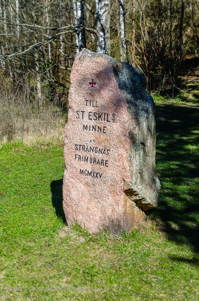 Minnessten vid St Eskils källa.
