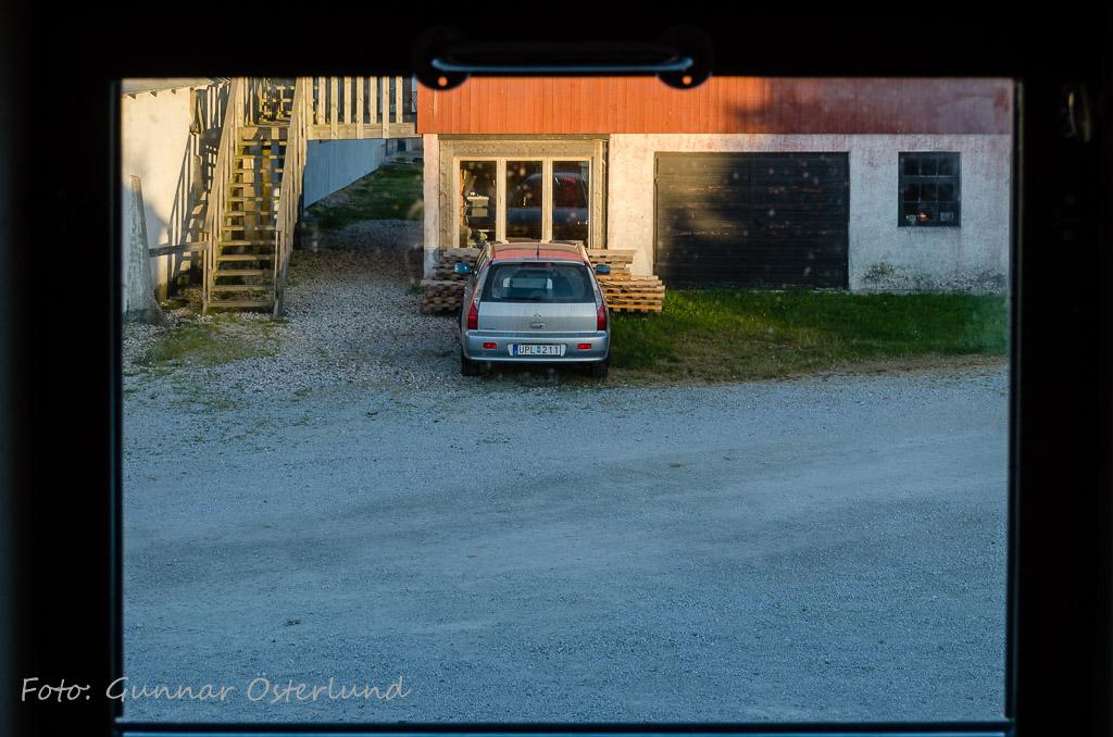 Bilen sedd från rummet på Gangvide farm.