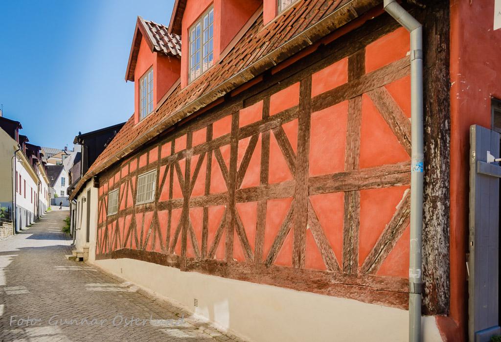 Rött korsvirkeshus i Visby.