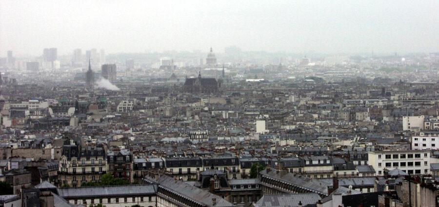 Utsikt från Sacré Coeur över ett regnvått Paris.