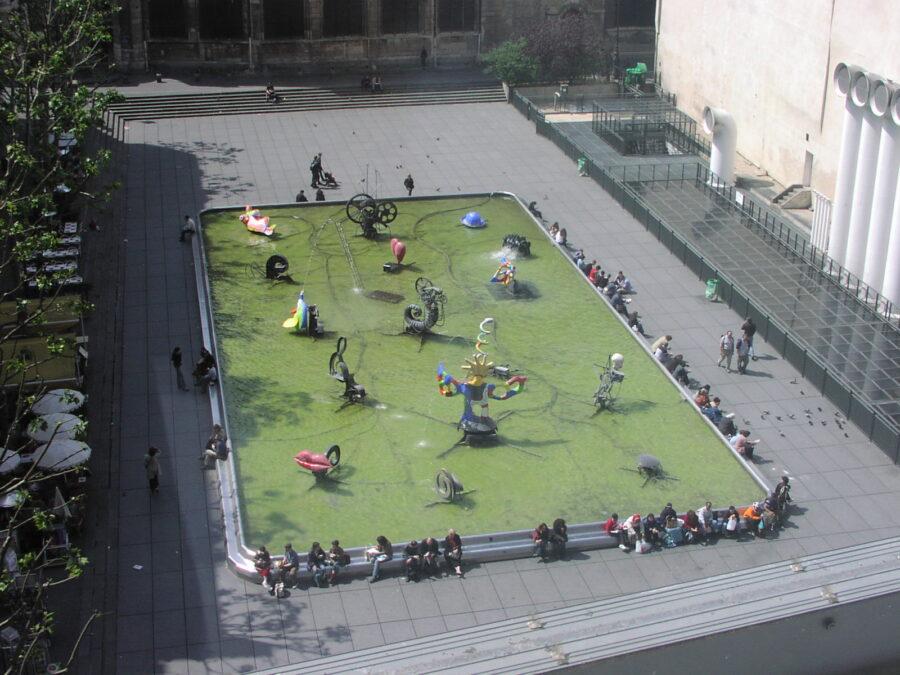 Bassäng vid Centre Pompidou.