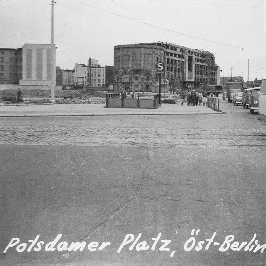 Välkänd plats. Potsdamer-Platz i Öst-Berlin.