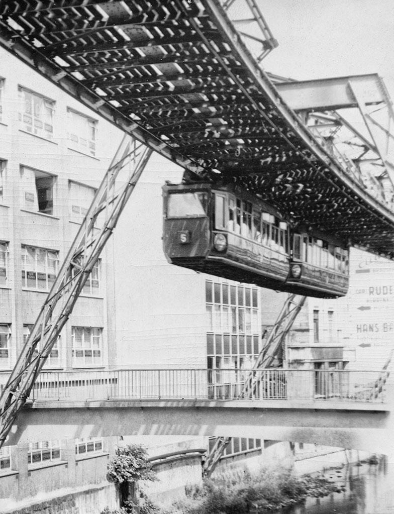 I Wuppertal finns det hängande spårvagnar.