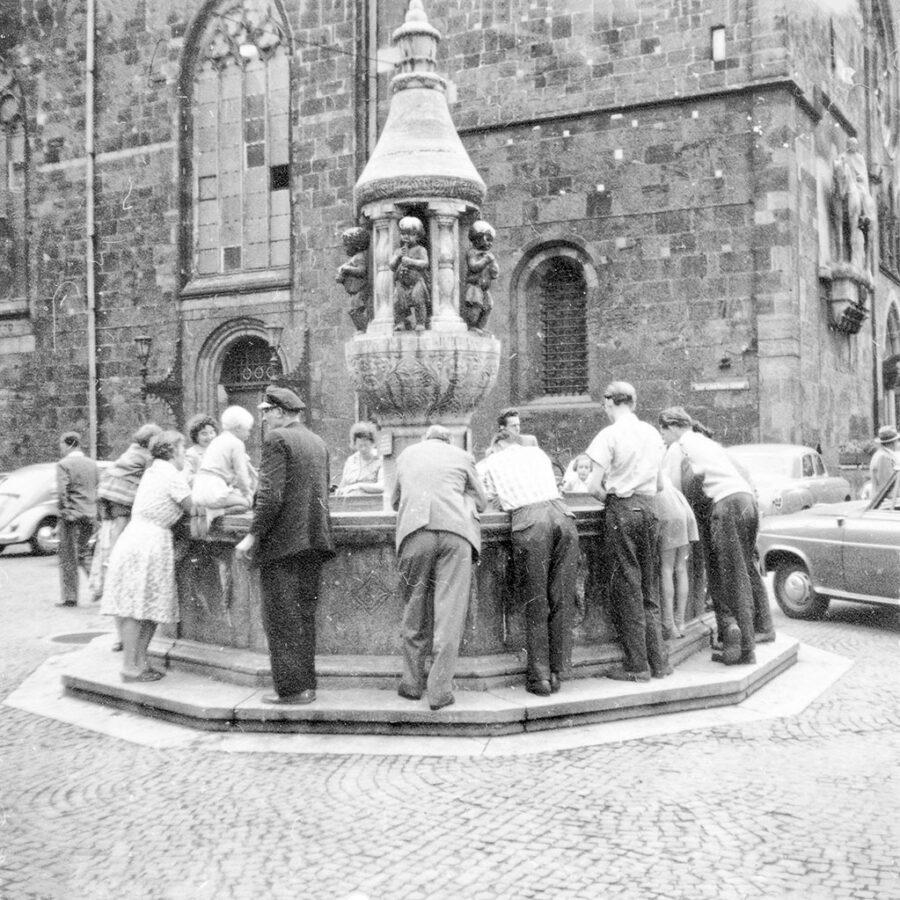 Samling vid fontänen i Bremen.