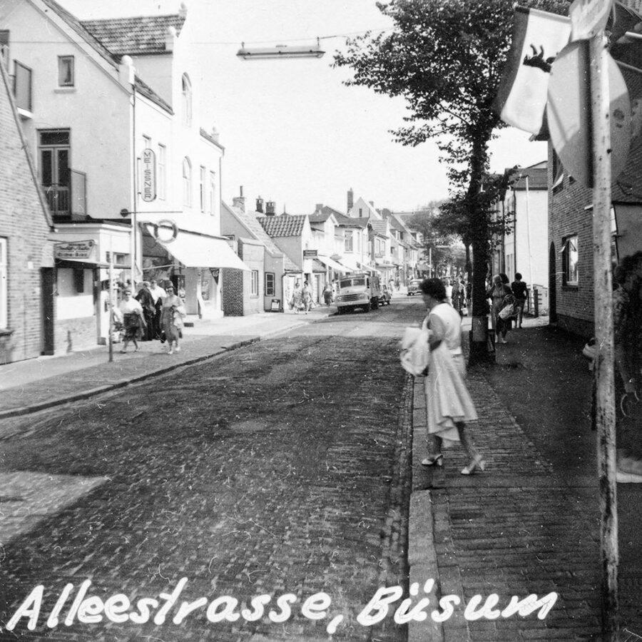 Alleestrasse i Büsum verkade vara huvudgatan i den lilla staden.