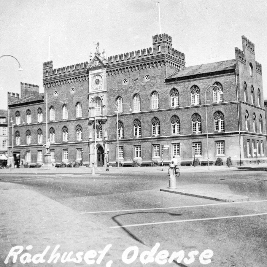 Staden hade ett stort rådhus.