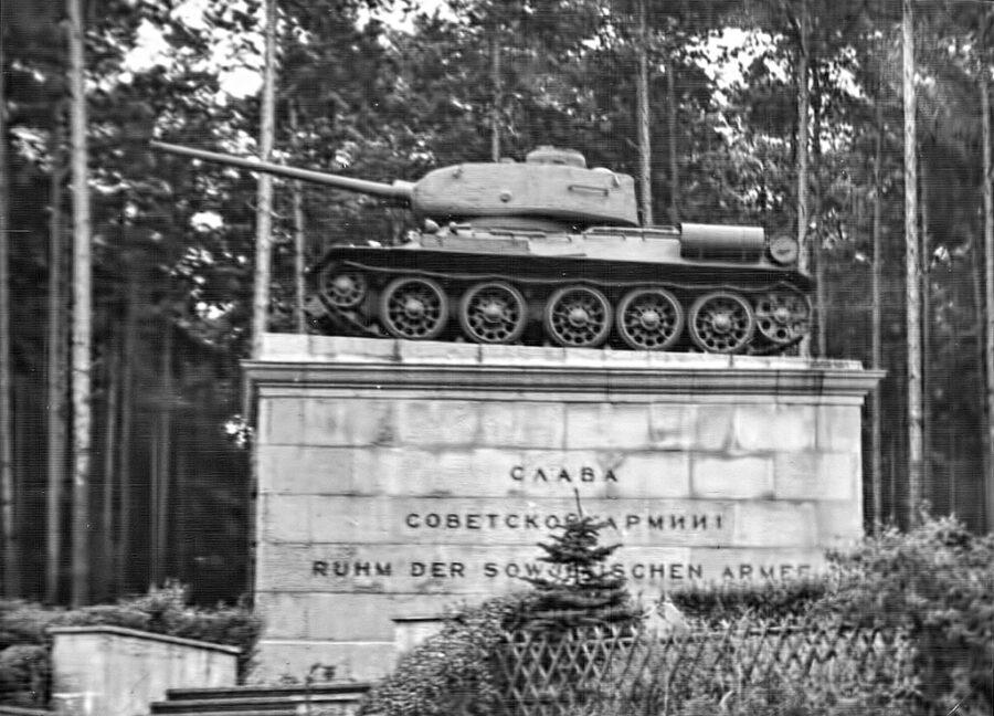 En T34/85 vid gränsen mellan Väst-Berlin och Öst-Tyskland.