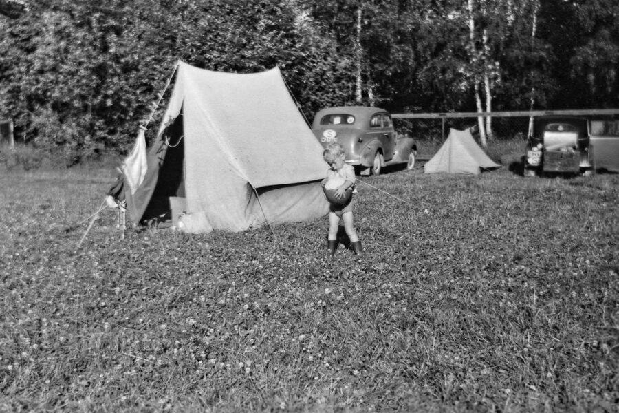 Gunnar och tältet vid första övernattningen utanför Ludvika.
