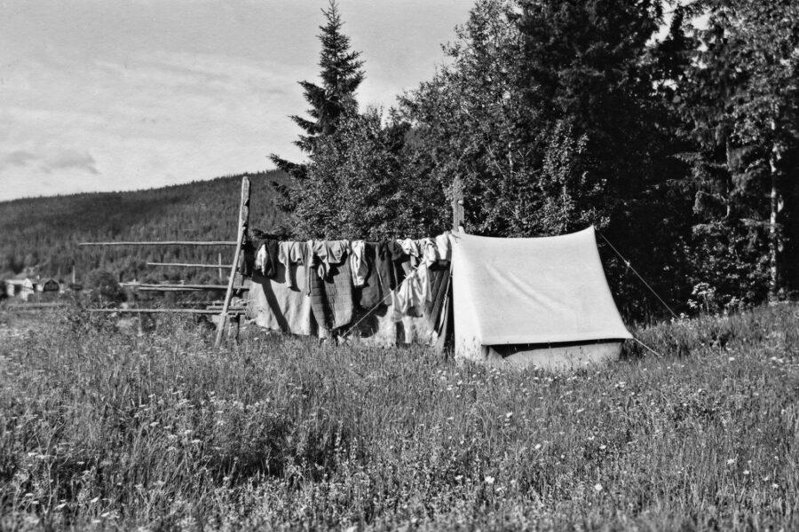 Tält och sovsäckar torkas utanför Torgås.