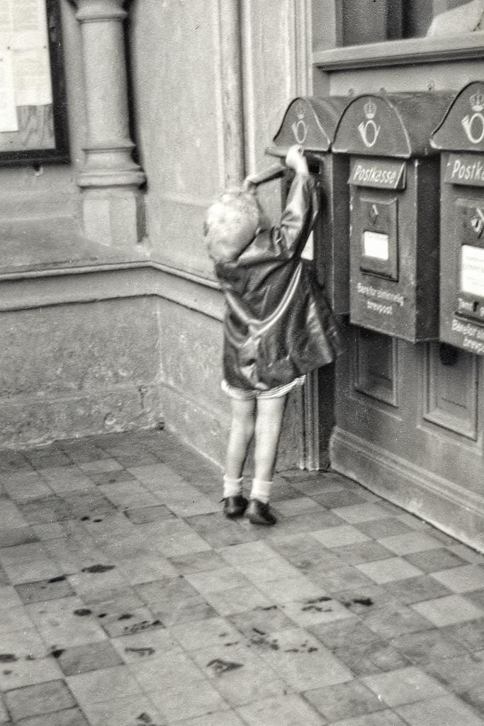 Gunnar postar vykort i Hamar, Norge.