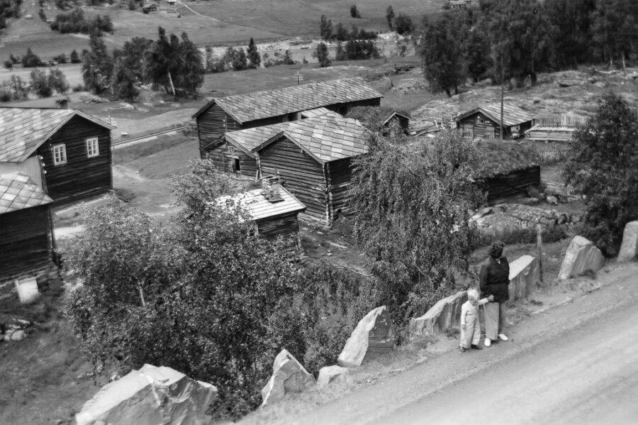 Gamla gårdar med skiffertak vid Vinstra.