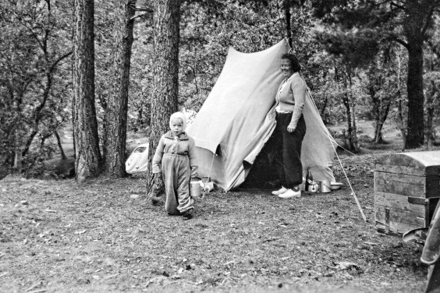 Gunnar och hans mamma Wivan vid tältet vid Kroken.