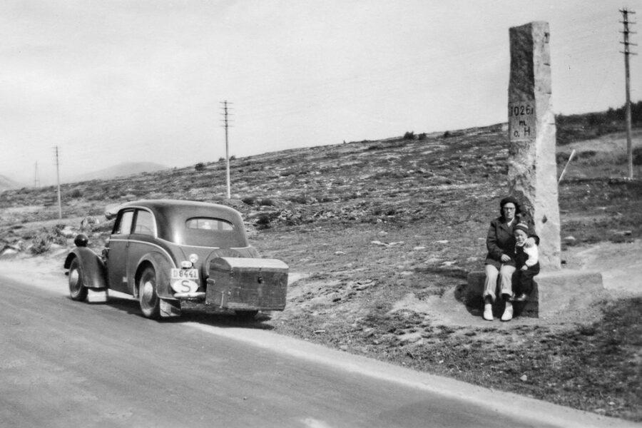 Gunnar och hans mamma Wivan vid vägens högsta punkt, 1026,1 m.