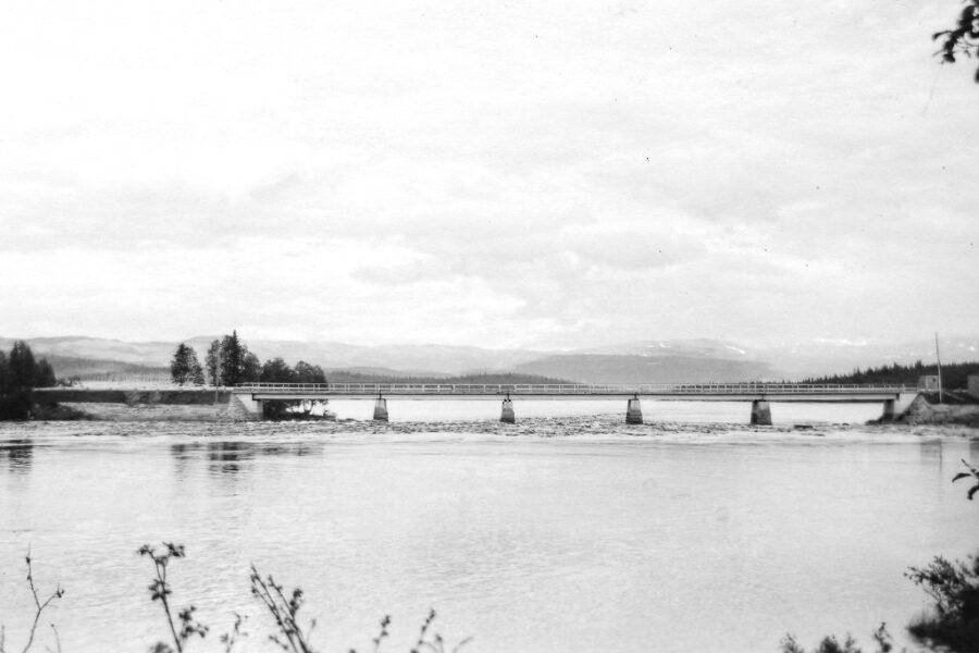 Bron vid Tännsjön med Åreskutan i fonden.