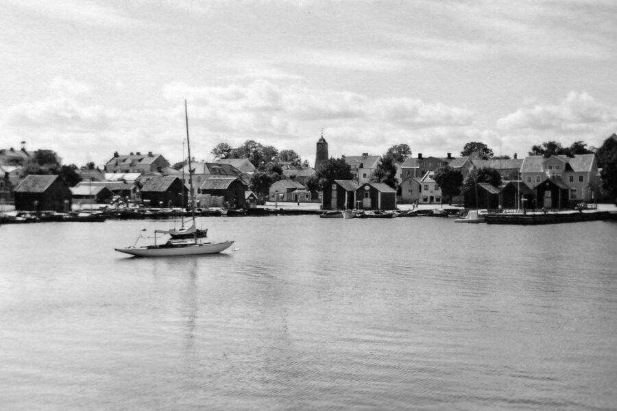 Segelbåt med Öregrund i bakgrunden.