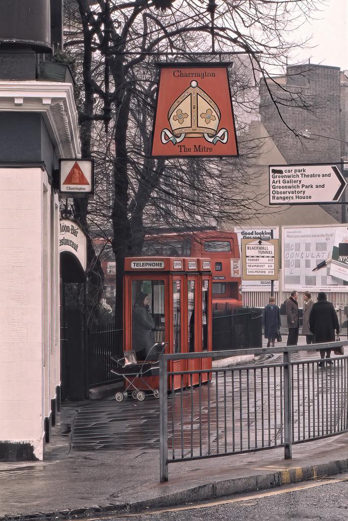 Gathörn i Greenwich med telefonkiosker.