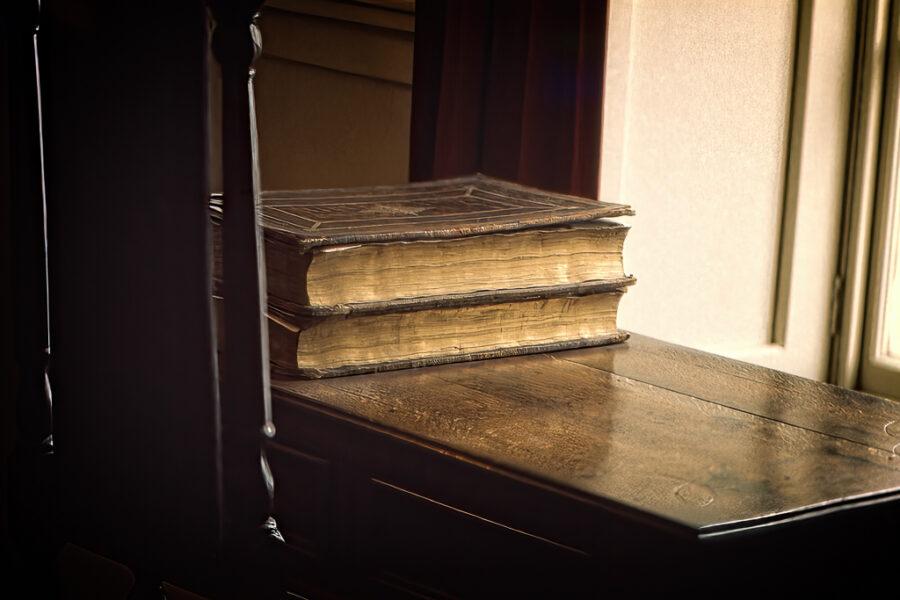 Antika böcker på ett bord.