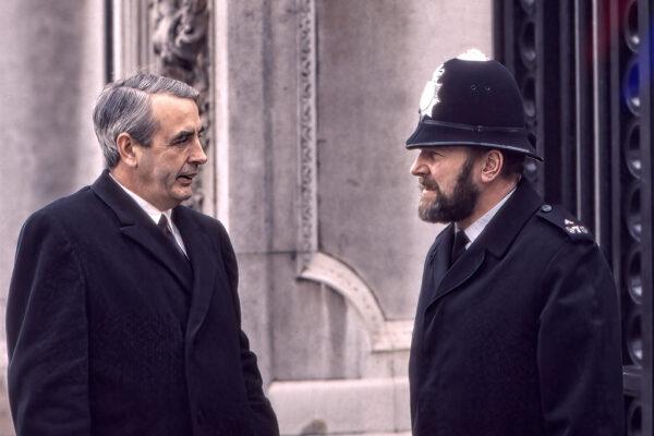 Polis i samtal med en tjänsteman.