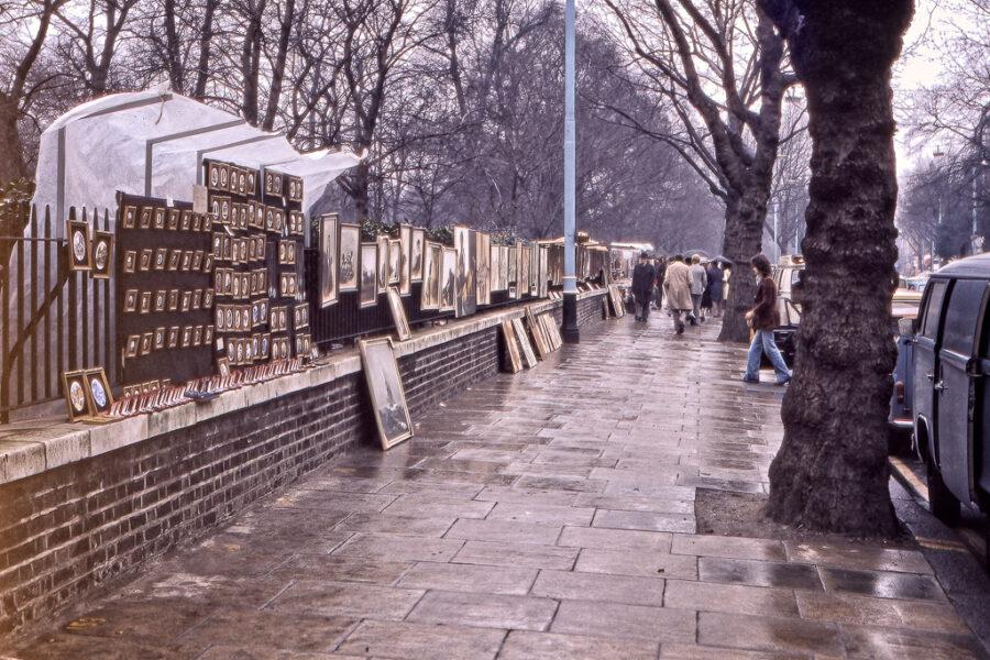 Konstmarknad vid Hyde Park en regnig vinterdag.